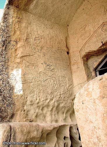 Некрополь Шакпак-Ата. Стены помещений мечети и портала, а также ниш для захоронений испещрены разновременными надписями, контурными изображениями лошадей, всадников, быков, раскрытых ладоней, растительных узоров